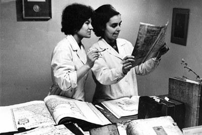 Jiřina Hanzlová s Eliškou Zimovou při rozhodování postupu restaurování