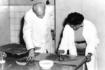 Josef Vyskočil při praktické ukázce dolévání papíru