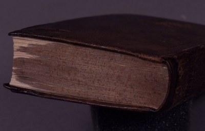 listy ručně ořezány do původního tvaru bloku