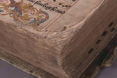 papír opotřebovaný v rozích