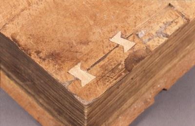 přichycení dřevěné desky motýlky