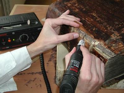 část desky tmelená dřevěnými pilinami broušena do původního tvaru