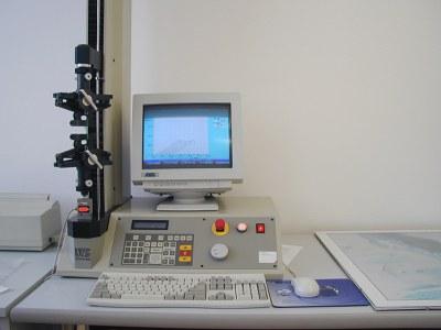 zkušební stroj UTS