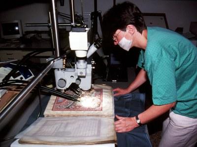 určování poškození barevných vrstev stereomikroskopem